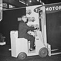 Burgemeester Thomassen op een heftruck bij het openen van de tentoonstelling, Bestanddeelnr 918-4375.jpg