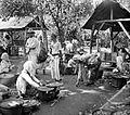COLLECTIE TROPENMUSEUM Een Chinese woekeraar (links) op de markt in Rungkut Java TMnr 10002511.jpg