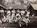 COLLECTIE TROPENMUSEUM Een groep mannen rust uit na het oogsten TMnr 60050126.jpg
