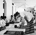 COLLECTIE TROPENMUSEUM Mannen in gebed in de moskee te Tulehu TMnr 20000216.jpg