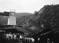 COLLECTIE TROPENMUSEUM Medewerkers van een kalkbranderij aan de voet van de kalkrotsen bij Tagogapoe TMnr 60025392.jpg