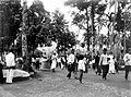 COLLECTIE TROPENMUSEUM Niasser feesten met grote poppen te Padang Sumatra TMnr 10003387.jpg