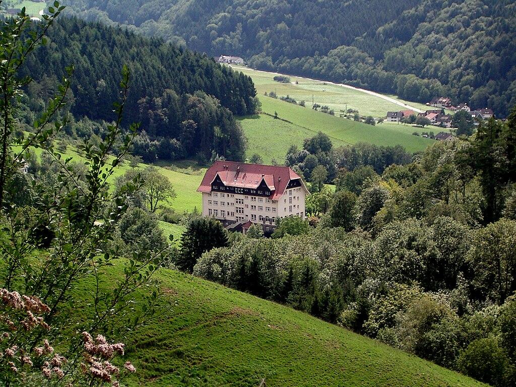 Carlsbau im Glottertal, bekannt durch die Fernsehserie Die Schwarzwaldklinik (1)