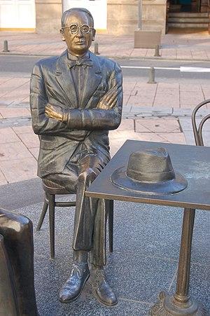 Galego: Estatua de Castelao en Pontevedra. Cat...
