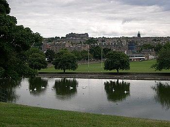 Uma vista do Castelo de Edimburgo, num dos par...
