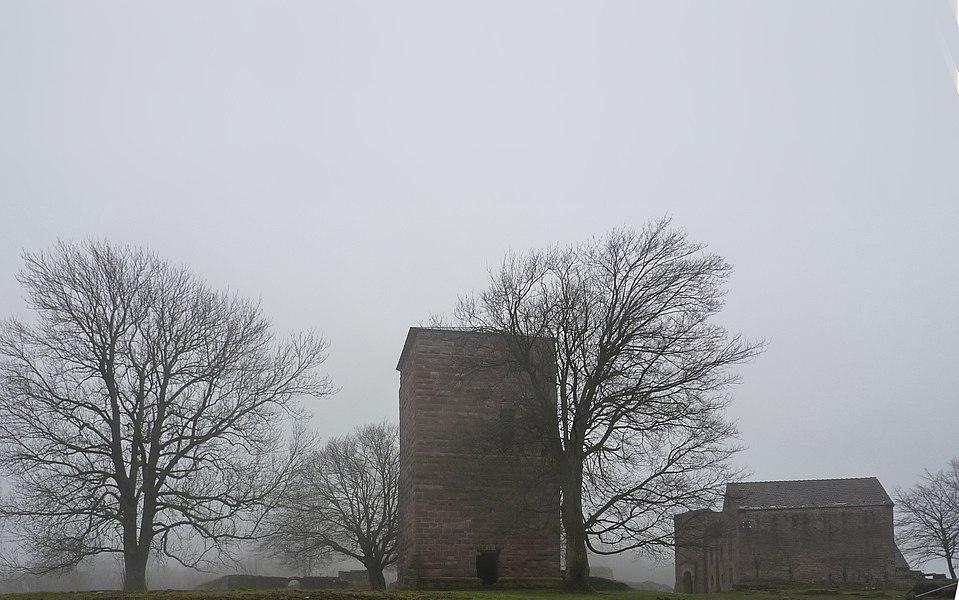 """Donjon central et bâtiment dit """"chapelle"""", château du Lutzelbourg, Lutzelbourg, Moselle, France"""