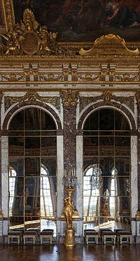 Deux arcades avec leurs miroirs, surmontées de trumeaux dorés et reflétant les fenêtres qui donnent sur le parc