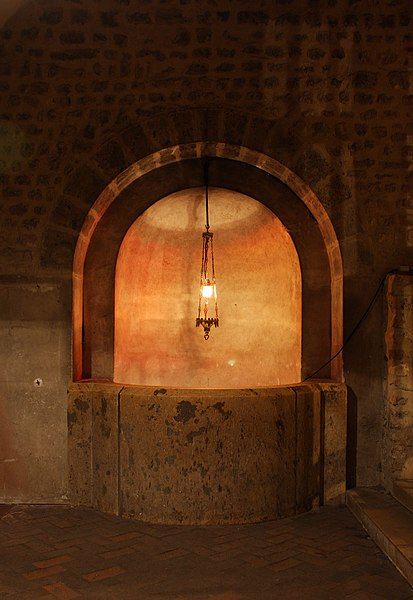 File:Chartres - cathédrale - puits.JPG