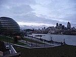 City-Hall und Gherkin Tower von der Tower Bridge aus gesehen - panoramio.jpg
