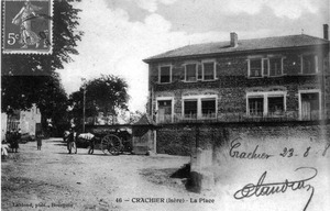 Crachier, la place en 1908, p 70 de L'Isère les 533 communes - photo Leblond, Bourgoin.tif