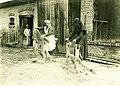 Csököly 1930, kendert tiloló asszonyok a pajta előtt. Fortepan 85056.jpg