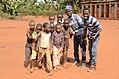 Des photographes CubeMEDIA avec des enfants.jpg