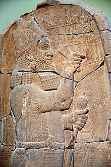Detay.  Esarhaddon Sam'al steli, MÖ 671, Pergamon Museum.jpg