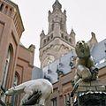 Detail van de fontein en op de achtergrond de toren van het vredespaleis - 's-Gravenhage - 20378107 - RCE.jpg