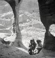 ETH-BIB-Kinder vor Römischem Theater, Petra-Abessinienflug 1934-LBS MH02-22-0094.tif