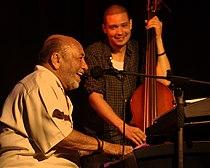 Eddie Palmieri mit Bassist Luques Curtis.jpg