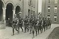Een detachement Nederlandse infanteristen keert terug van de marsen op de binnen – F42511 – KNBLO.jpg