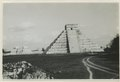 El Castillo , den centrala pyramiden. T. v. krigarens tempel - SMVK - 0307.f.0004.a.tif
