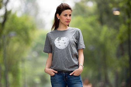 Elisa Jarquin Globe grey t-shirt 07-2015.jpg