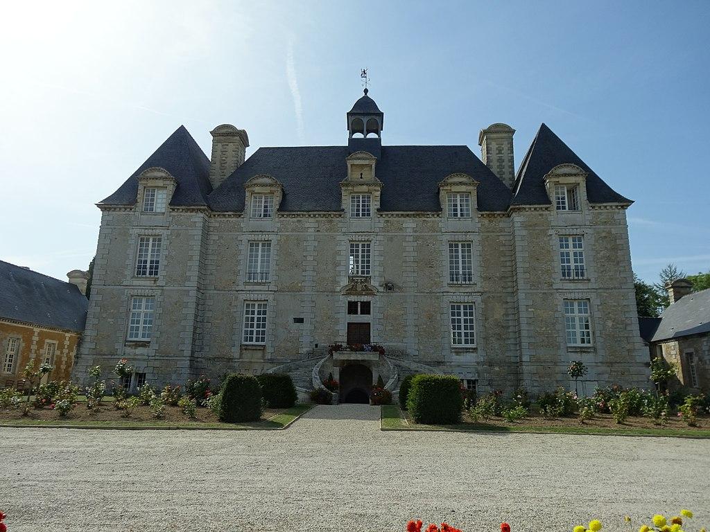 Esquay-sur-Seulles, Façade est du château.JPG