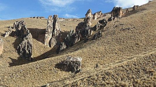 Estepa y rocas de Jeinimeni.jpg