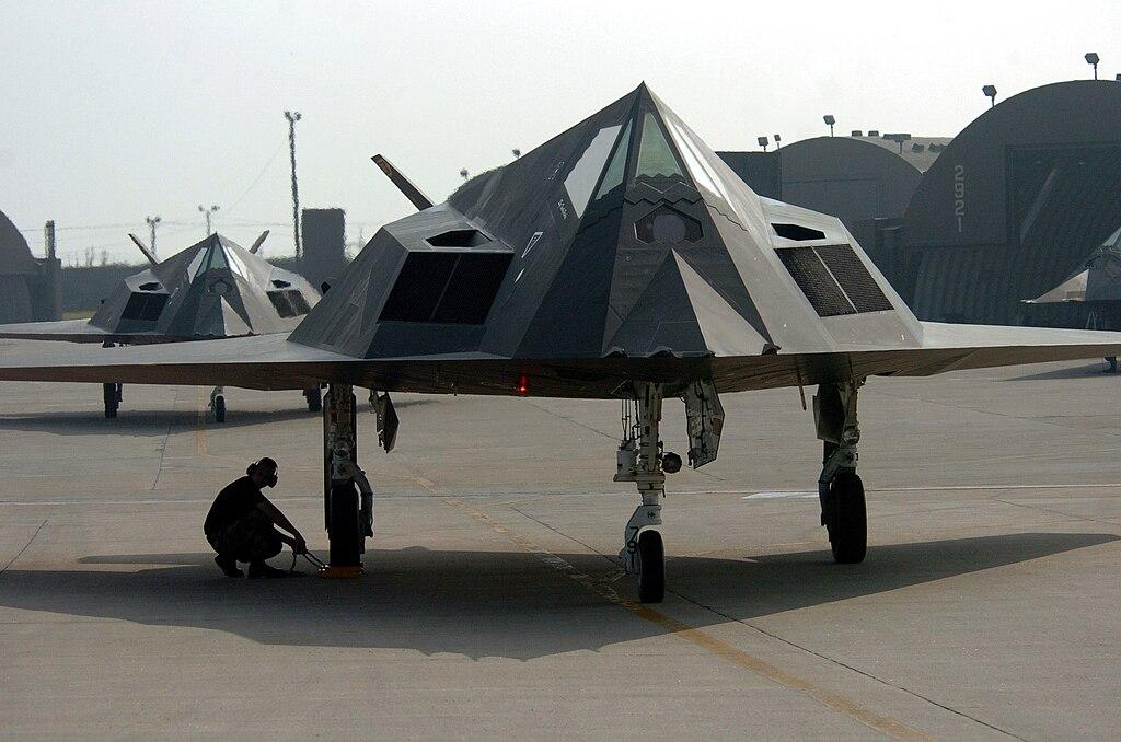20 سنه مرت : كيف اسقطت صربيا اول طائره شبح في العالم  1024px-F-117_Nighthawk_fighter_during_an_end_of_runway_check
