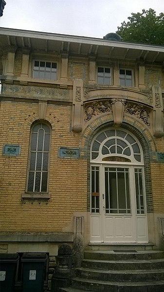 File:Façade et porte d'entrée d'un bâtiment dessiné par Octave Gelin, Rue du Maréchal Leclerc.jpg