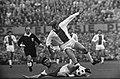 Feyenoord tegen Ajax 1-0. Van Hanegem haalt bal weg voor voeten van Piet Keizer , Bestanddeelnr 922-9306.jpg