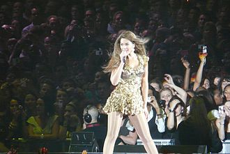 """Irreplaceable - Beyoncé performing """"Irreplaceable"""" during the I Am... World Tour, 2009"""