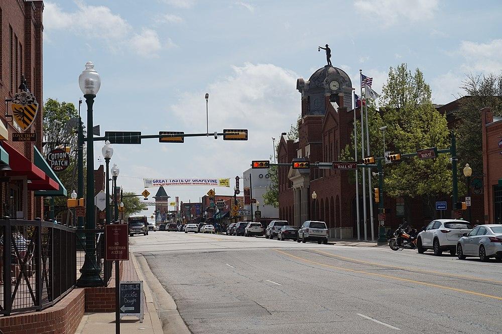 The population density of Grapevine in Texas is 526.99 people per square kilometer (1365.07 / sq mi)