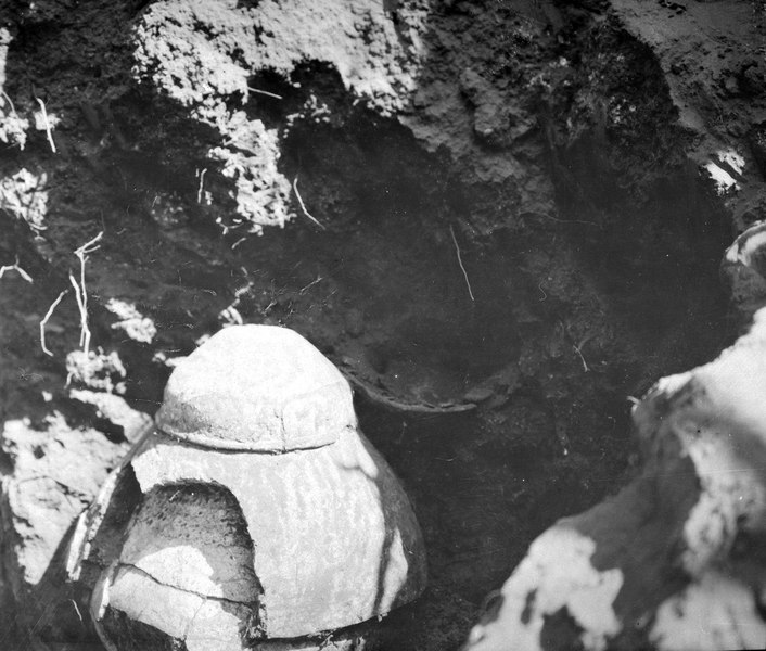 File:Gravurna täckt med två stenar. Se . Nordenskiöld, Forskningar och äventyr etc - SMVK - 004929.tif