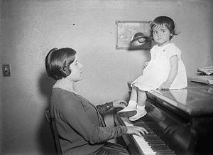Guiomar Novaes - Guiomar Novaes with her daughter Anna Maria Pinto, c. 1924