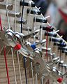 Halbtonklappen oder Haken einer neo irischen Harfe.jpg
