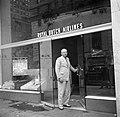 Hans Martin voor de deur van het kantoor van de KLM in New York, Bestanddeelnr 254-2284.jpg