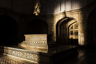 Tomb of Jahangir - Image: Here lies a King