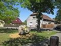 Hohenbocka, Dorfaue, Willkommen-Stein gegenüber Hausnr. 10, Südansicht, Spätfrühling, 01.jpg