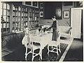 Hushållsfröken Lindkvist vid det dukade bordet i frukostrummet på Tyresö slott - Nordiska museet - NMA.0079508.jpg