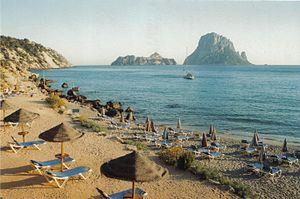 Català: Es Vedrà i es Vedranell des de Cala d'...