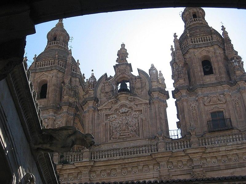 File:Iglesia de la Clerecía desde la Casa de las Conchas de Salamanca.jpg