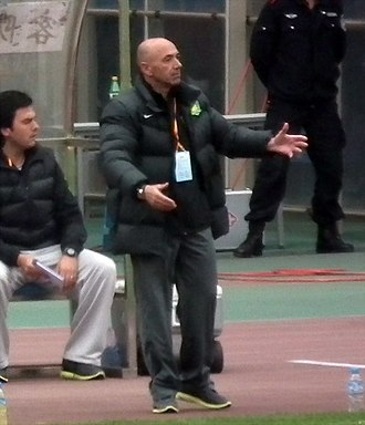 Jaime Pacheco - Pacheco giving instructions during a game with Beijing