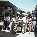 Jeruzalem Bananenvverkoper met klanten midden in een smalle, drukke straat met…, Bestanddeelnr 255-9264.jpg