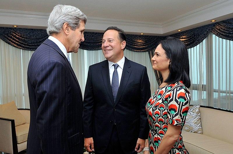 John Kerry con Juan Carlos Varela e Isabel Saint Malo.jpg