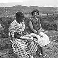 Josephine Baker in Kasteel Les Milandes J B met Afrikaanse student, Bestanddeelnr 912-6490.jpg