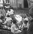KNIL-militairen staan rond een groep Indonesische vrouwen met kinderen op een te, Bestanddeelnr 5365.jpg