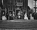 Koningin Juliana tijdens de troonrede, vlnr prinses Irene , prins Bernhard , , Bestanddeelnr 914-3221.jpg