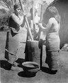 Kvinnor stöta majs i mortel. Lokal, Rio Parapiti, Bolivia. Stam, Chané - SMVK - 004979.tif