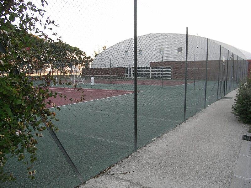 Courts de tennis (couverts et extérieurs), commune de La Jarrie en Charente-Maritime (France).