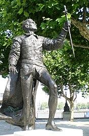 Статуя человека в костюме короля-воина Генриха V
