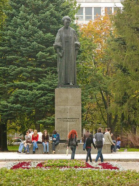 File:Lublin UMCS Pomnik Marii Curie-Skłodowskiej.jpg