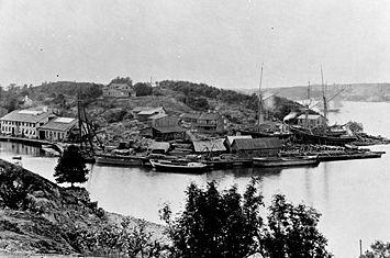 Mælarværftet set fra Pålsundbjerget på Södermalm.   Mellem billederne ligger 110 år;   det venstre billede er fra år 1898, det højre billede er fra år 2008.